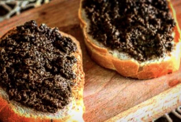 Pane, amore e chiacchiere di Palio: i crostini con paté di olive toscane